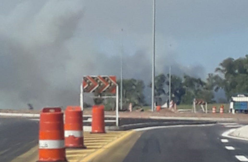 Bomberos trabajan para combatir incendio en los montes de Rocha a la altura de La Esmeralda