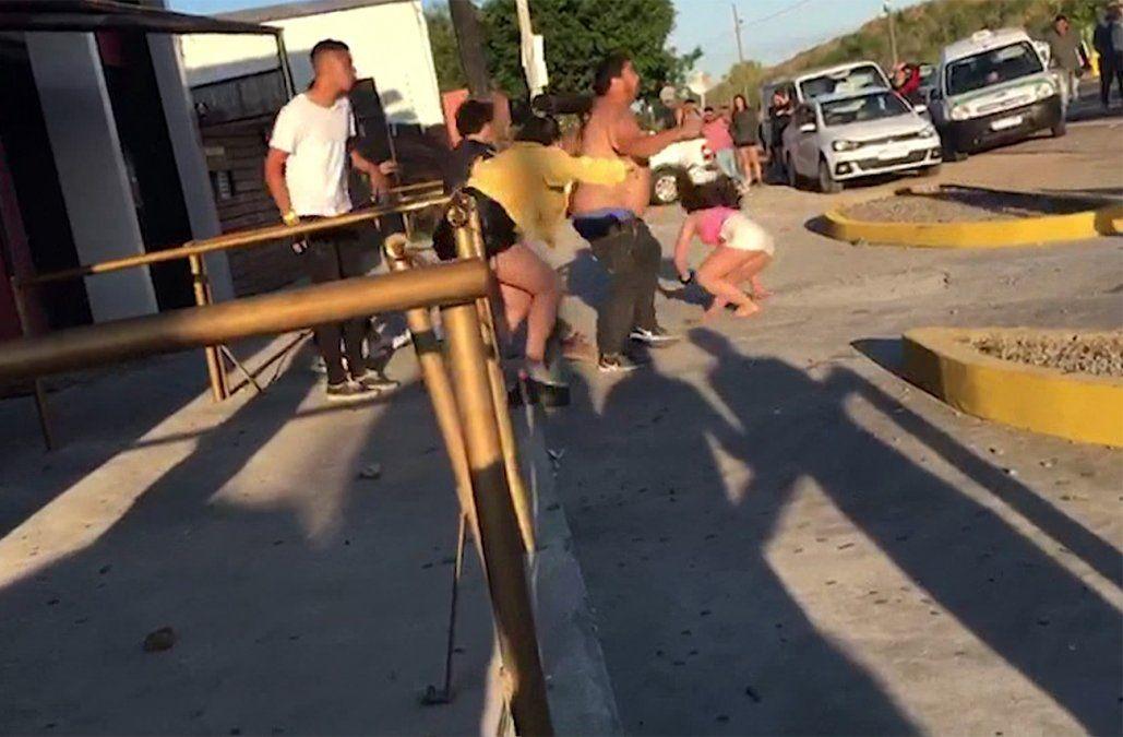 Pelea entre dos jóvenes terminó en una gresca a la salida de un boliche