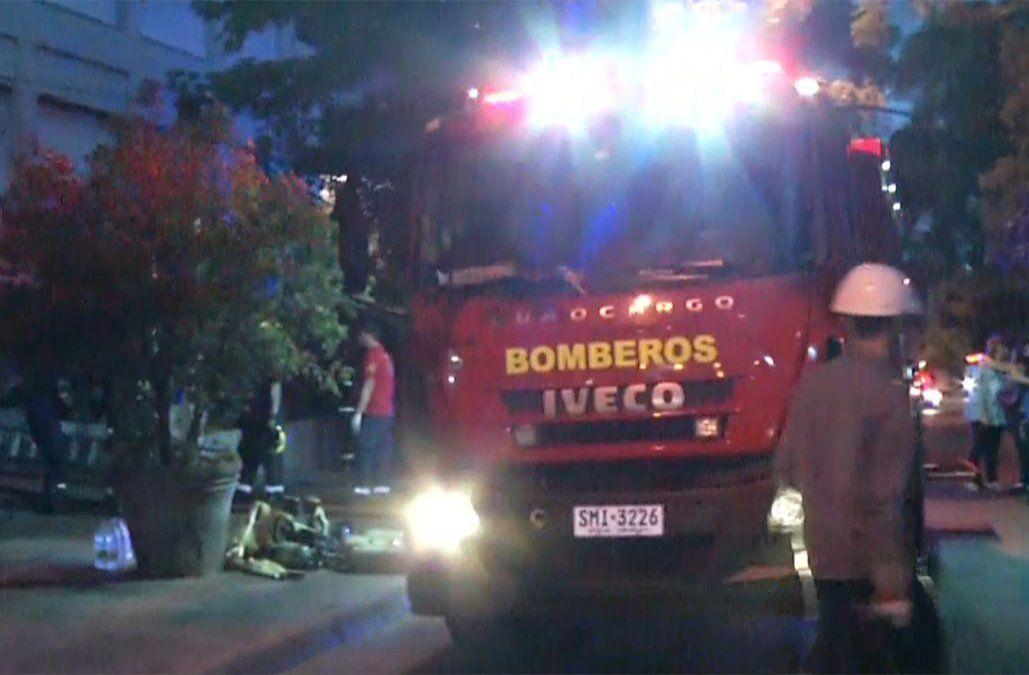 Un auto se incendió en el subsuelo de un edificio que debió ser evacuado