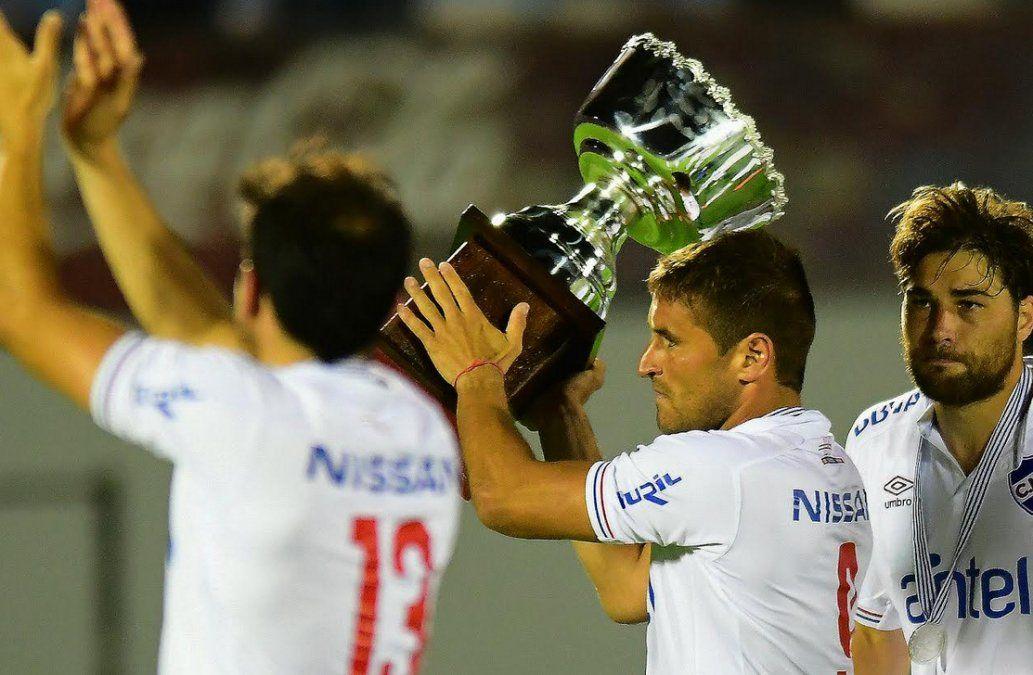 El capitán Bergessio levanta la copa del Torneo Clausura.