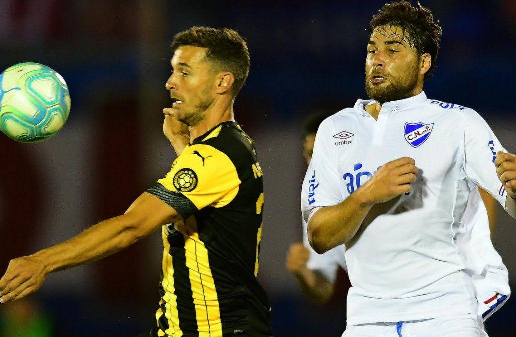Xisco y Rafa García disputan una pelota