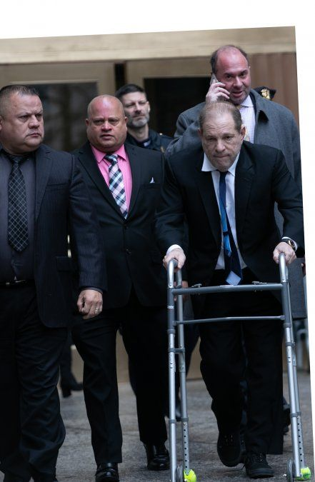 Harvey Weinstein luce muy deteriorado al salir del juzgado penal de Nueva York