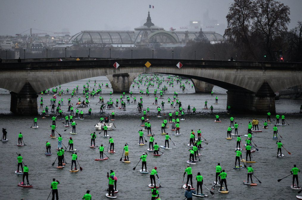 Competidores participan de una carrera náutica en el río Sena con el Grand Palais de fondo