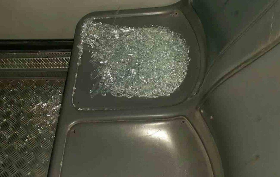 Decenas de adolescentes apedrearon varios ómnibus y un pasajero resultó herido