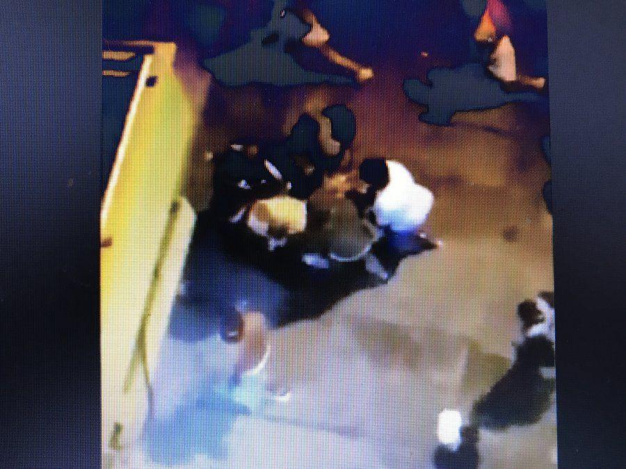 Captura de pantalla de video. Momento en el que el hincha es trasladado para ser asistido.