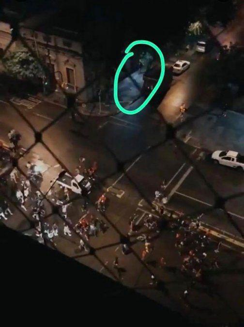 El atcante a unos 40 metros de la multitud disparando. Dos videos muestran distintos aspectos del ataque.