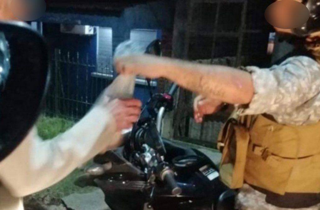 Policías hicieron una colecta y le compraron comida a un hombre que revolvía contenedores