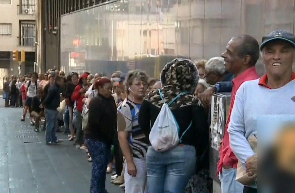 Largas filas de jubilados y pensionistas para gestionar sus préstamos en el BROU