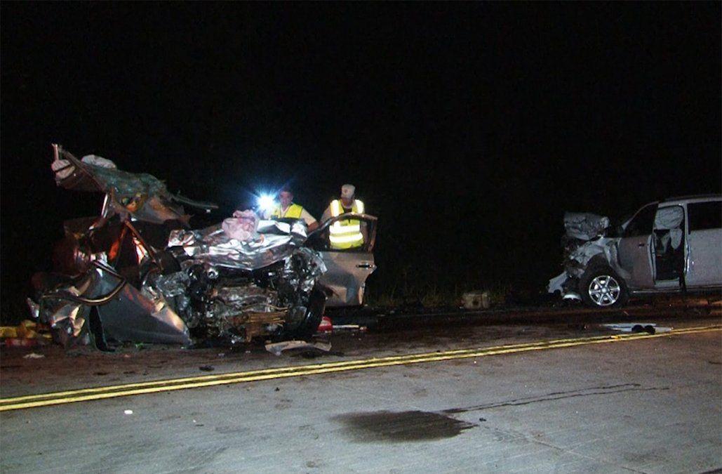 Dos jóvenes y un niño de 5 años murieron en choque frontal entre un auto y una camioneta
