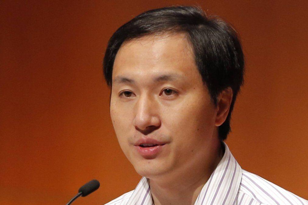 Tres años de cárcel para científico chino que editó genéticamente tres embriones
