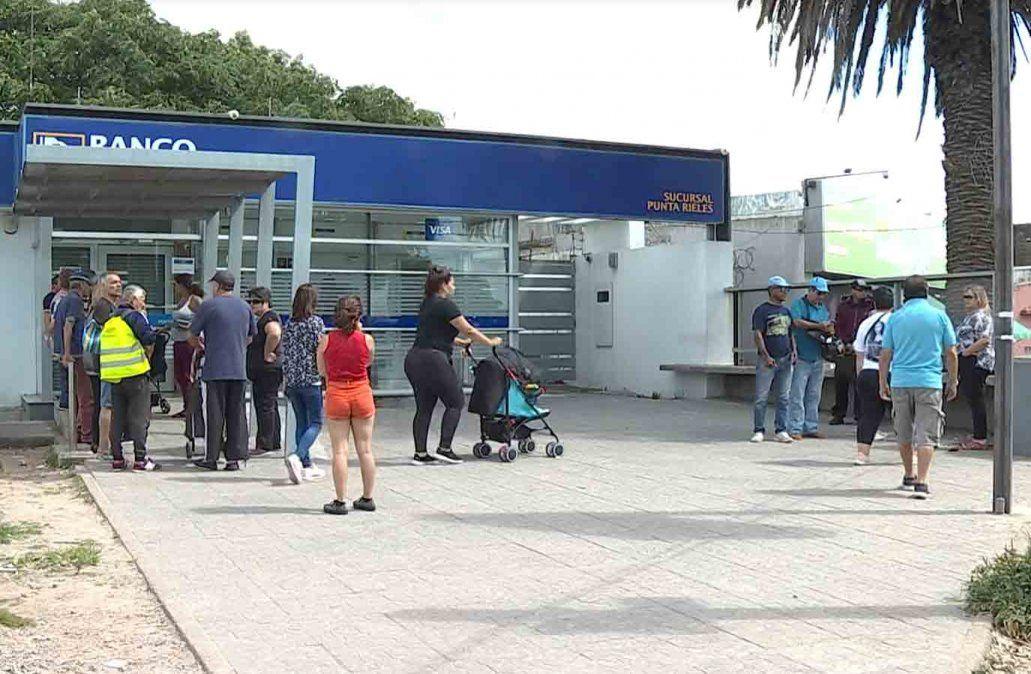 Largas filas en el cajero de Punta de Rieles para cobrar sueldos y jubilaciones