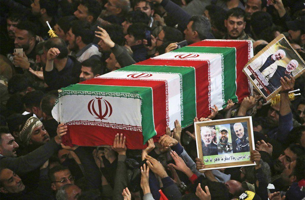 Miles de personas pidieron venganza contra Estados Unidos durante el funeral de Soleimani
