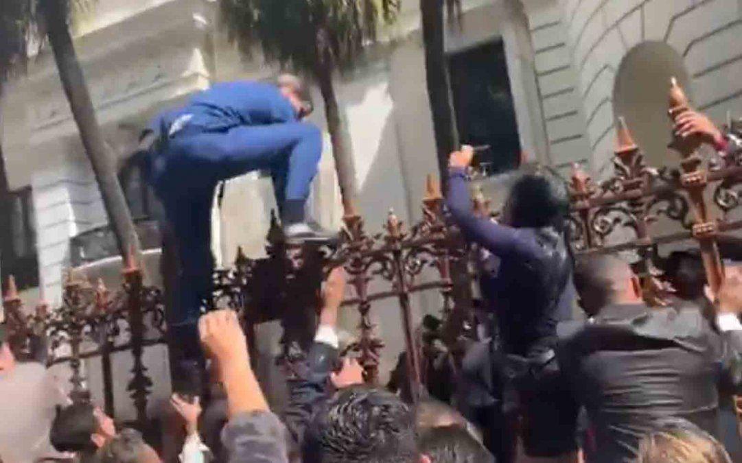 Juan Guaidó intento saltar la reja de la Asamblea Nacional.