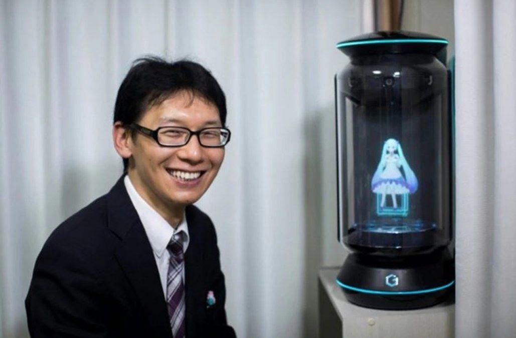 Japonés de 35 años se casó con un holograma y ahora quedará viudo por una actualización