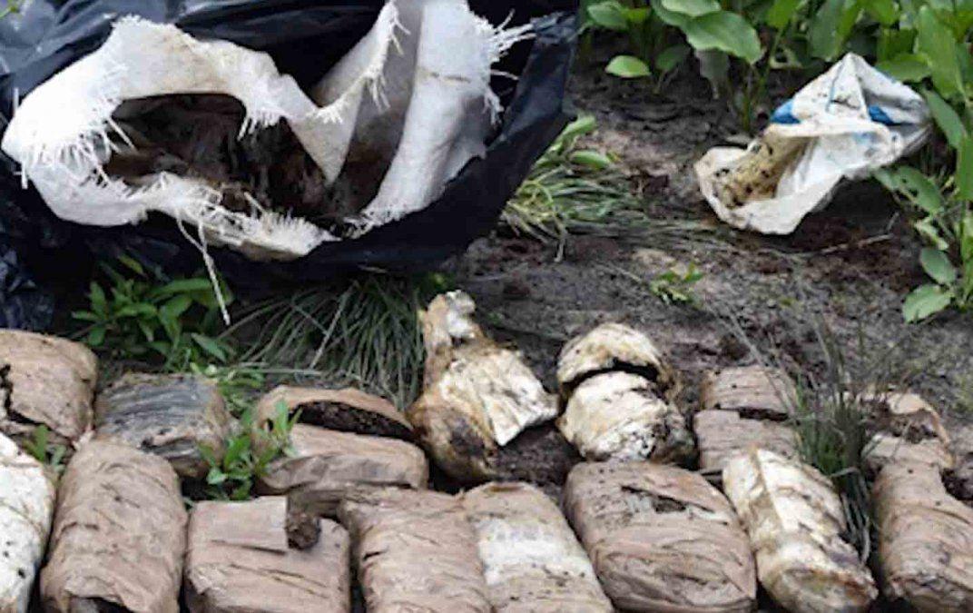 Policía investiga la aparición de 13 ladrillos de droga y cuatro juguetes sexuales