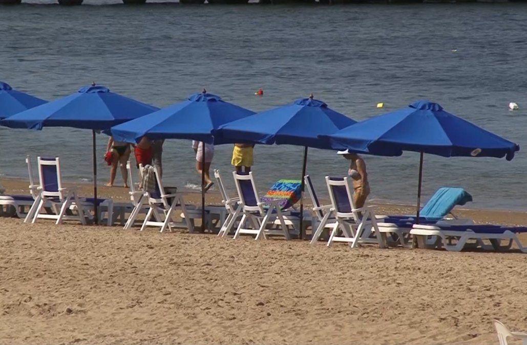 Polémica en Punta del Este por el abuso de reposeras y sombrillas en las playas