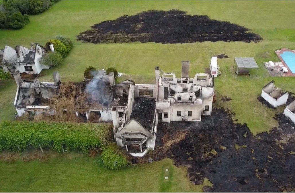 Así quedó la casa incendiada en la laguna del Diario, el fuego se inició en un monte lindero