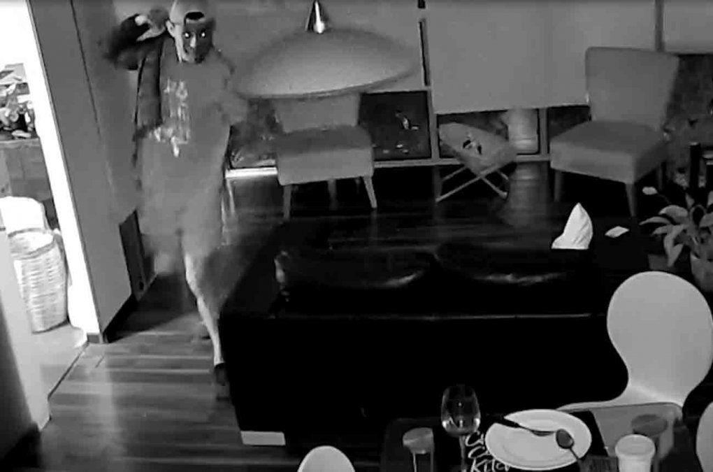 Buscan a un delincuente que trepa edificios de Parque Rodó y roba apartamentos de pisos altos