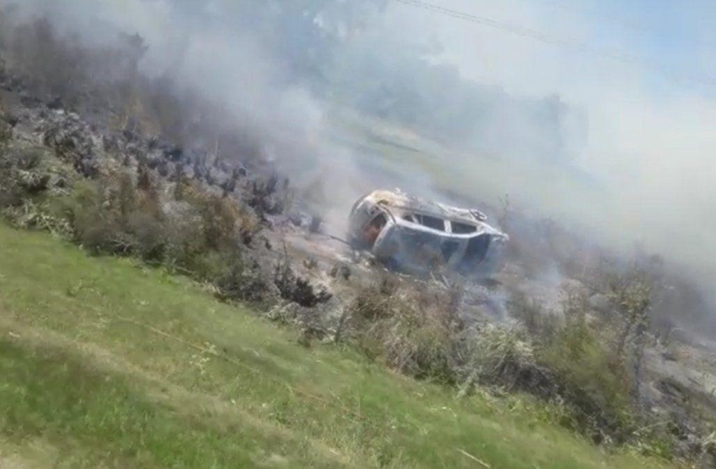 Un auto se prendió fuego tras siniestro de tránsito y generó un incendio forestal