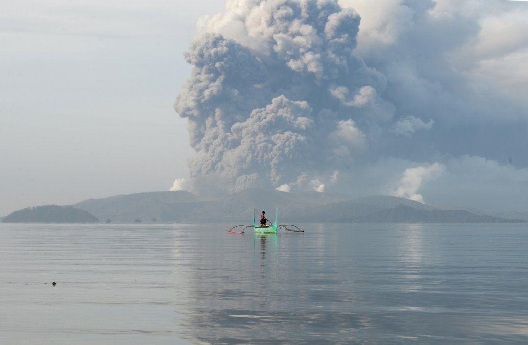 Miles de evacuados y vuelos suspendidos por erupción de volcán en Filipinas