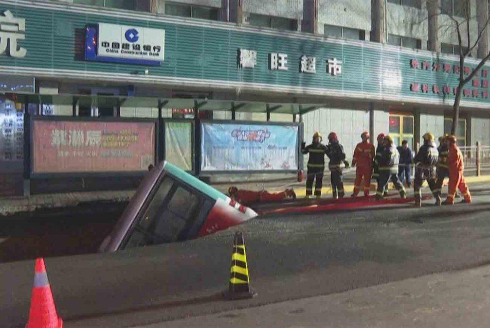 El asfalto se tragó un colectivo en China: al menos 6 muertos