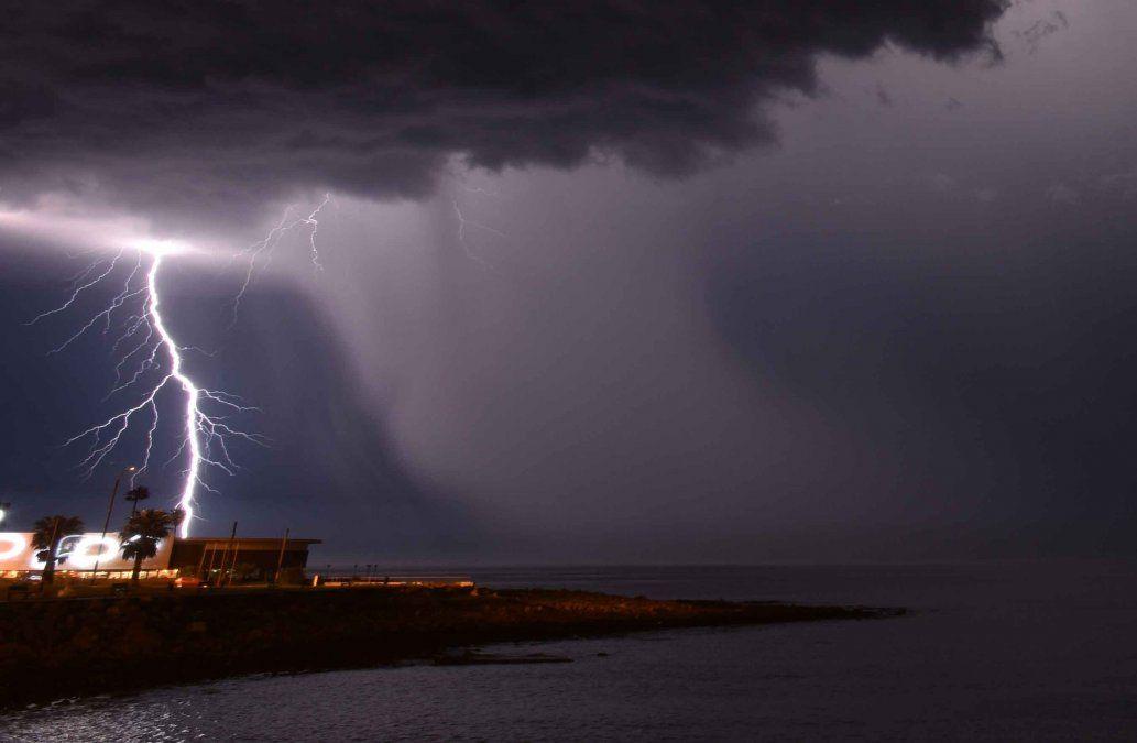 Meteorología amplió la alerta por tormentas fuertes y lluvias intensas para 16 departamentos