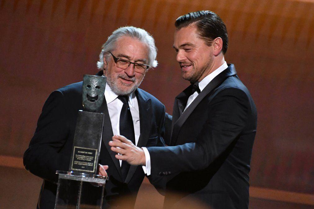 De Miro recibe el premio a la trayectoria de manos a Leonardo DiCaprio