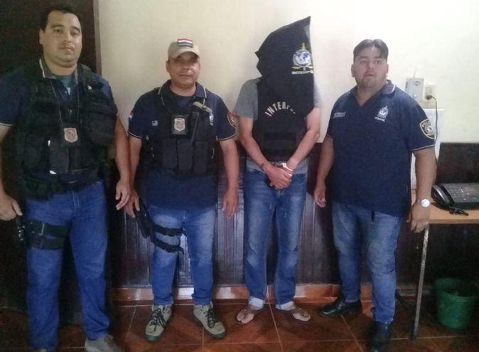 Barrios encapuchado tras ser detenido por policías paraguayos.