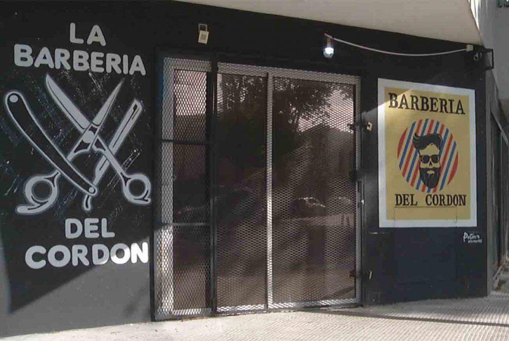 Atacaron a balazos a una barbería e hirieron de bala a uno de los peluqueros