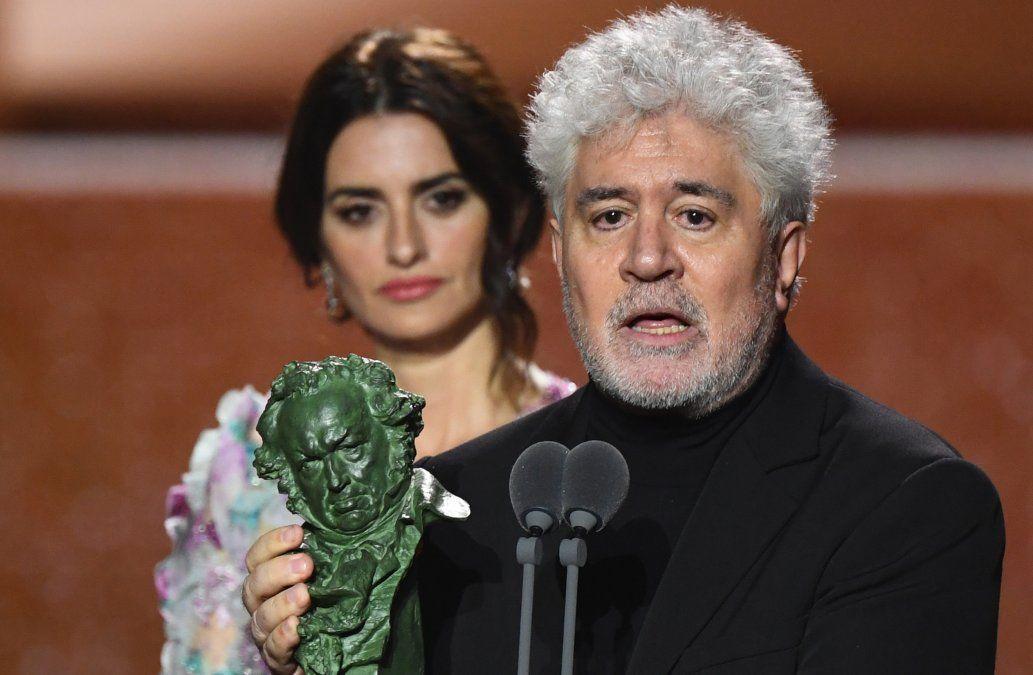 Penélope Cruz escolta al director manchego en los Goya 2020. Cruz interpreta a la madre del alter ego dle protagonista de Dolor y Gloria