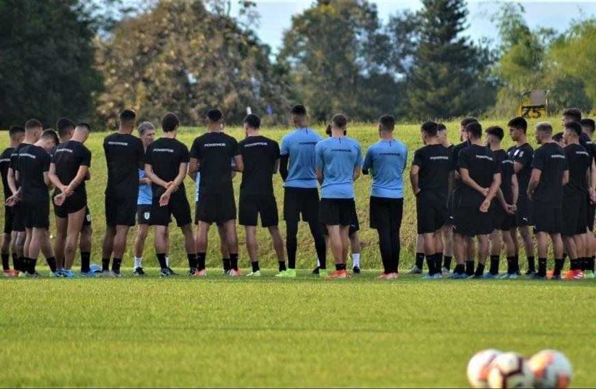 Ferreyra da indicaciones a sus dirigidos en la última práctica. El torneo puede terminar hoy para Uruguay.