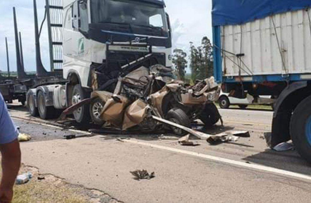 Camión embistió de atrás a una camioneta y hay al menos un fallecido