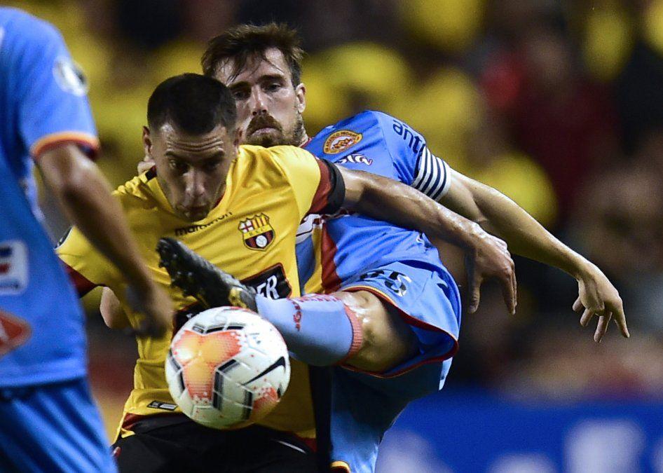 Mauricio Loffreda (Progreso) pelea la pelota con Leandro Martínez (Barcelona de Ecuador). Los gauchos jugaron mejor que en Montevideo pero no pudieron ante un club con un plantel poderoso