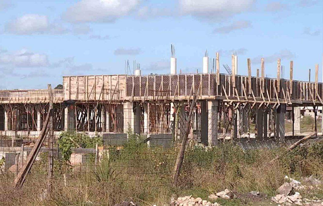 Codicen en juicio con una constructora por abandonar obras de una escuela y un liceo