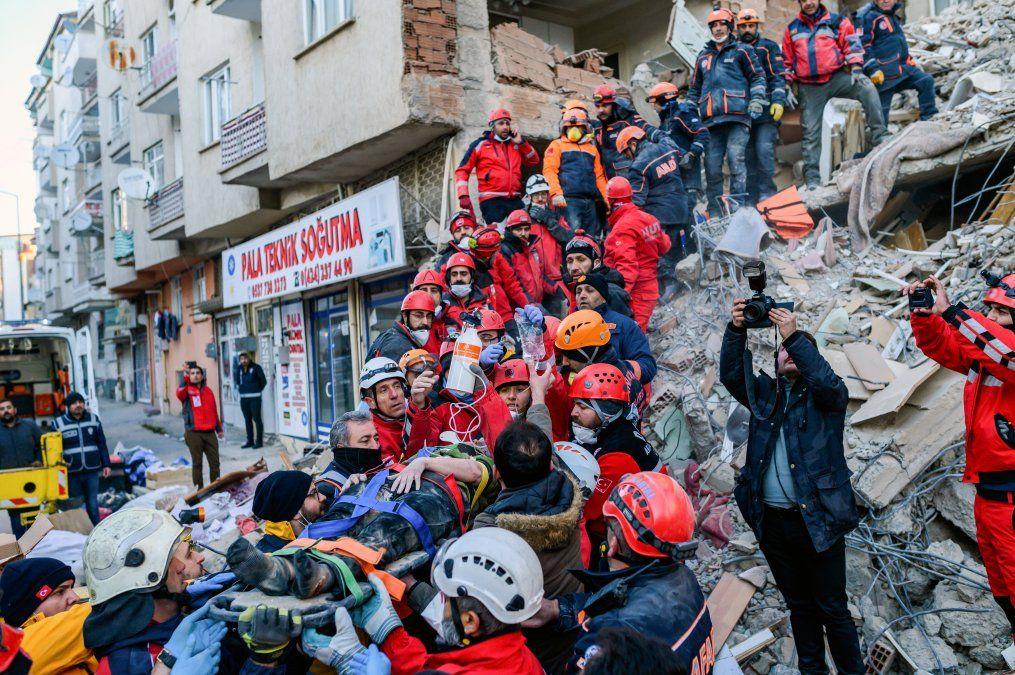 Rescatistas evacúan a una mujer herida de los escombros de un edificio tras un terremoto en el este de Turquía.