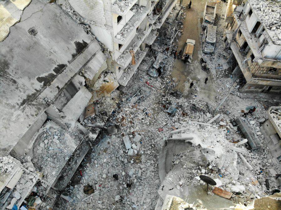 Una vista aérea de los escombros en el sitio de los ataques aéreos reportados en la ciudad de Ariha