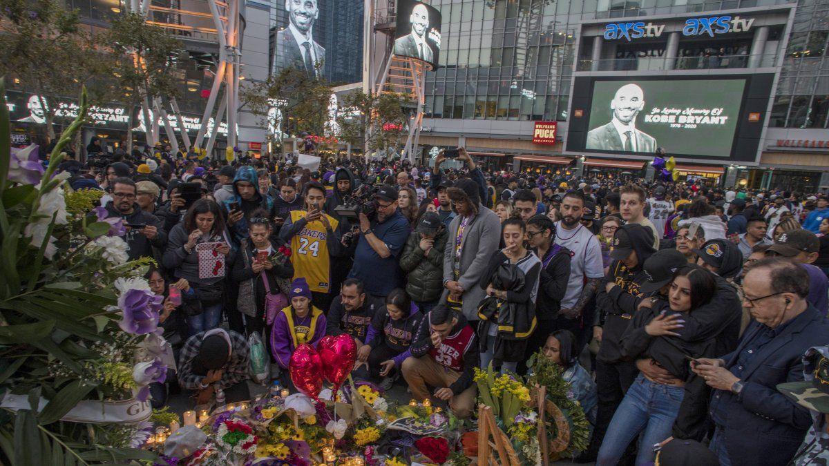 La gente se reúne alrededor de un memorial por el ex jugador de la NBA y Los Ángeles Lakers Kobe Bryant