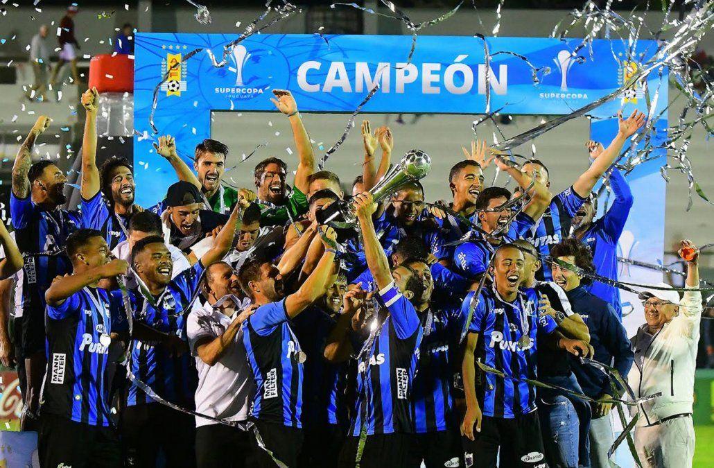 Liverpool le ganó a Nacional la Supercopa en una dramática final con alargue incluido