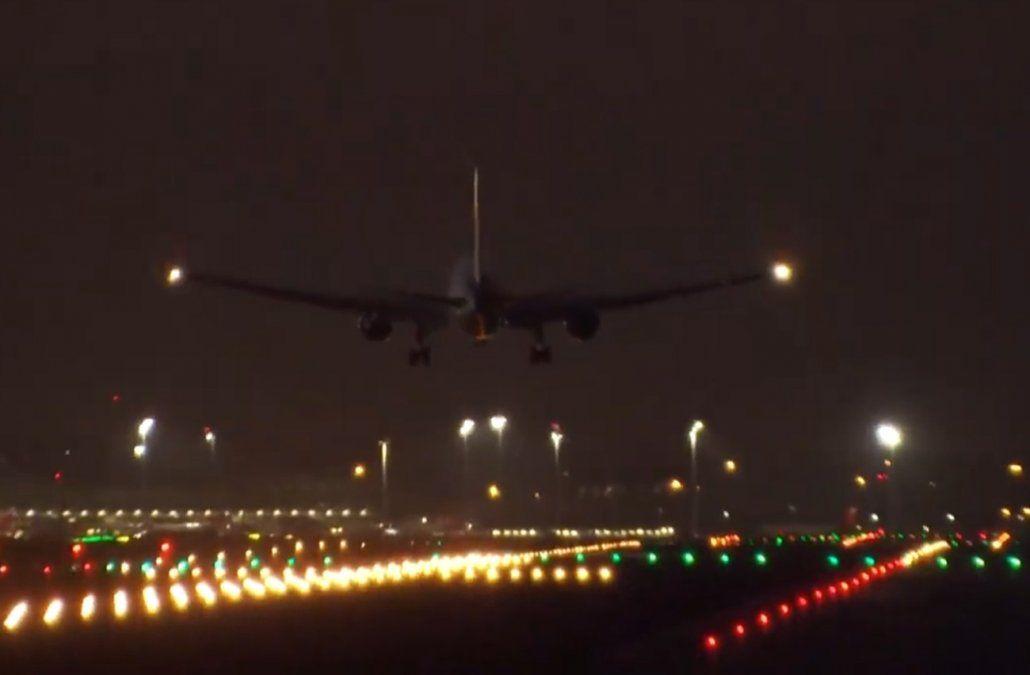 Así fue el aterrizaje de emergencia en Madrid del avión que reventó una rueda al despegar