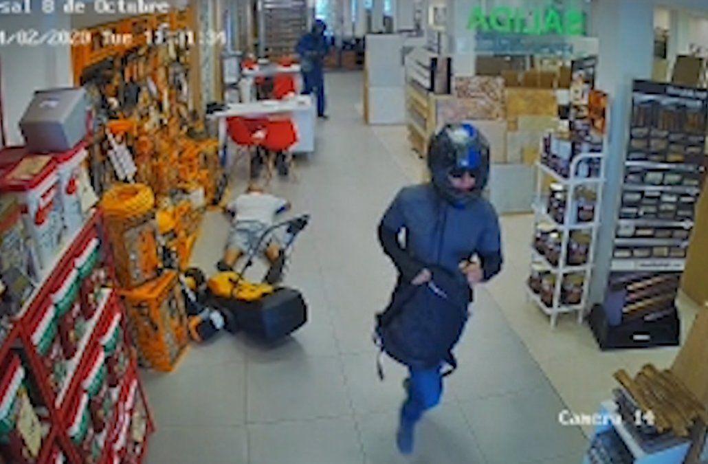 Delincuentes con mameluco, lentes y casco asaltaron local de cerámicas y golpearon a empleado