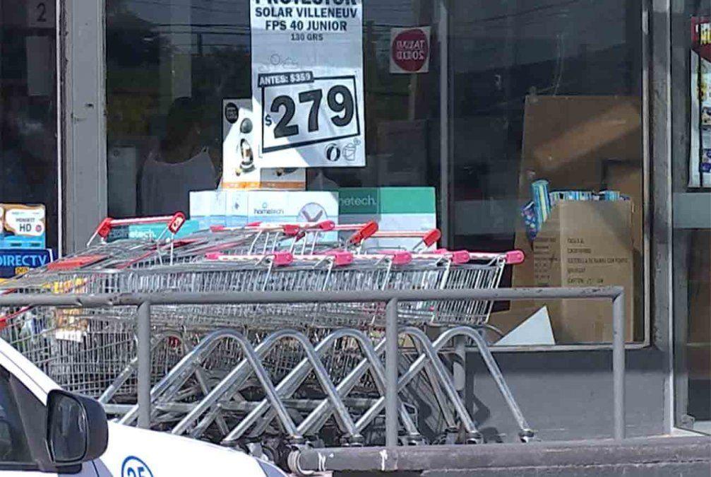 Cuatro delincuentes rapiñaron un supermercado, se tirotearon con los policías e hirieron a uno en el rostro