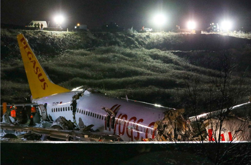 Un avión se partió en tres pedazos luego de un accidente en un aeropuerto de Estambul