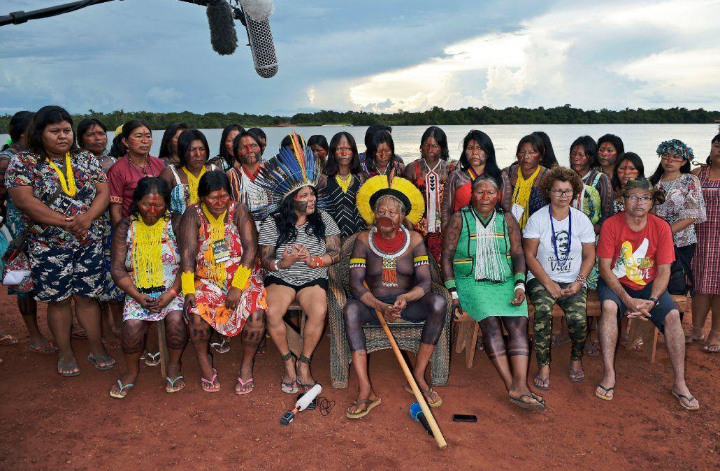 Cacique Raoni de la tribu Kayapo (centro) y Sonia Guarajaja posan para una foto en Piaracu
