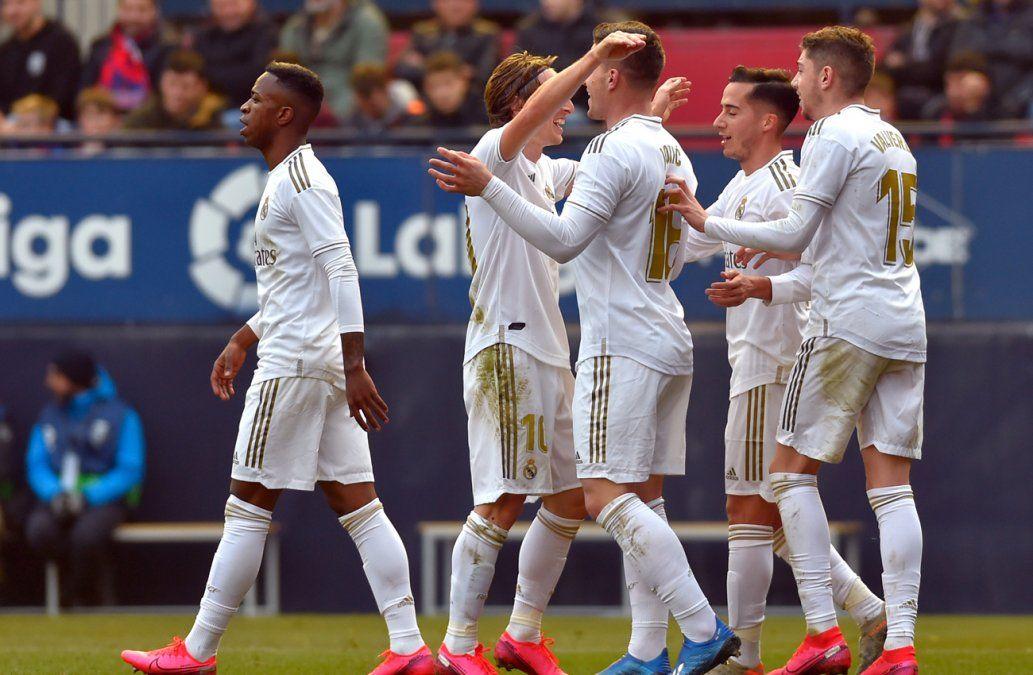Real Madrid golea, y Barcelona sufre pero sigue su paso