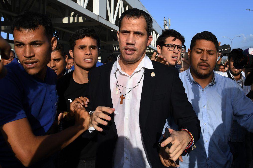 Tras ser recibido en la Casa Blanca, a Juan Guaidó lo esperaba un tumulto chavista en Venezuela