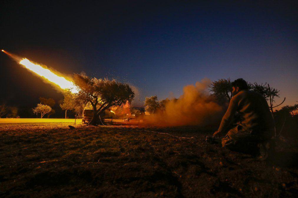 Un rebelde sirio dispara un cohete el 9 de febrero de 2020 desde el área del campo de Idlib hacia posiciones de las fuerzas del régimen en el campo del sur de la provincia de Alepo de Siria.