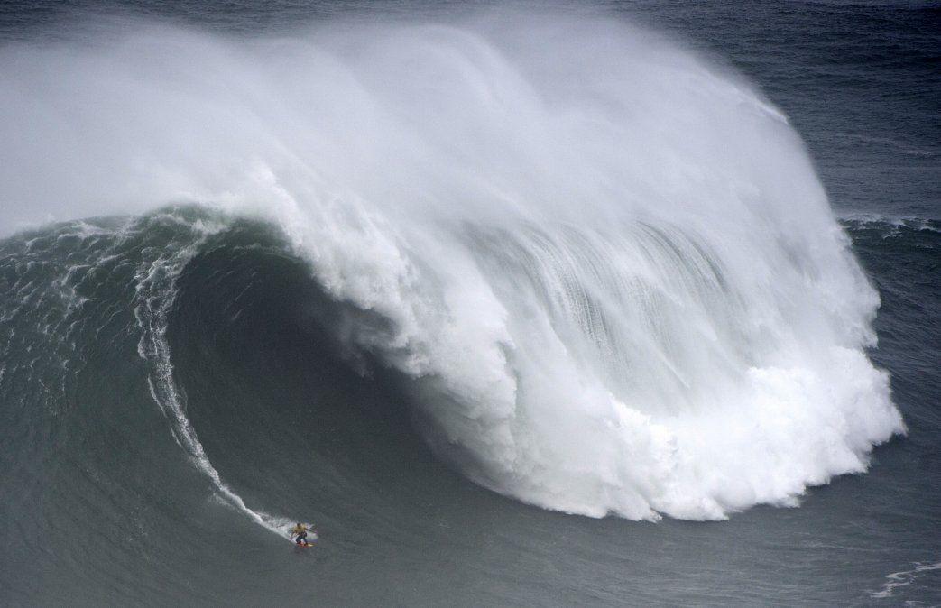 El surfista español Axier Muniain se desafía con las grandes olas en Nazare