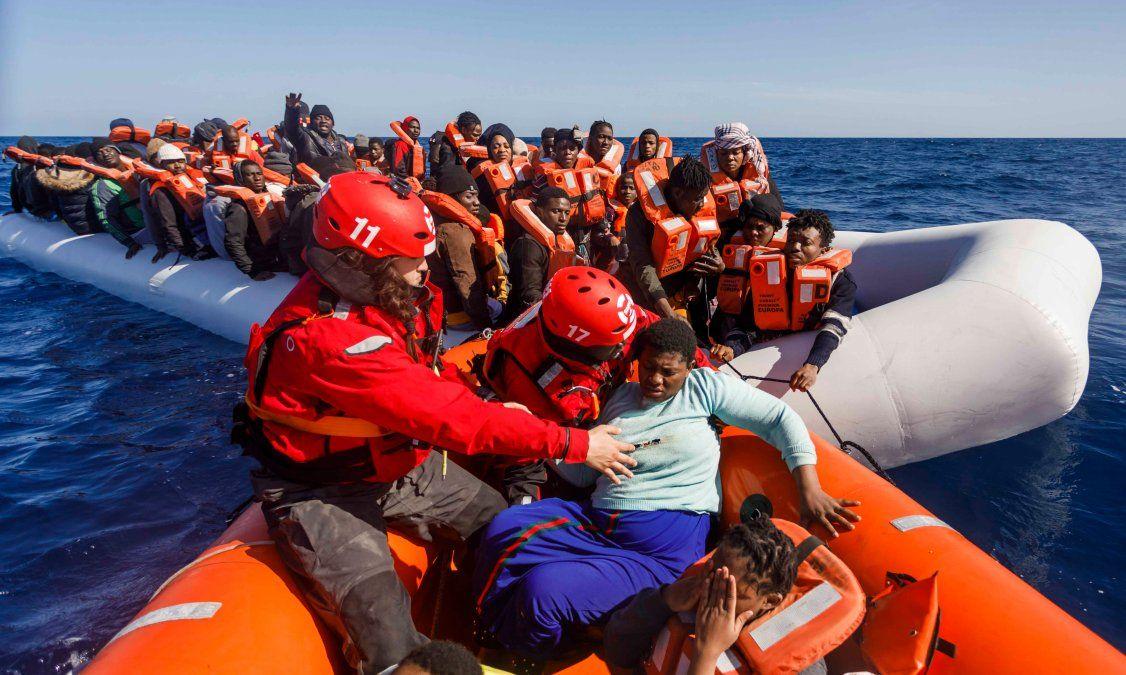 Miembros de la ONG española Maydayterraneo se preparan para navegar de regreso al bote de rescate de Aita Mari después de rescatar a unos 90 inmigrantes en el mar abierto del Mediterráneo frente a la costa libia