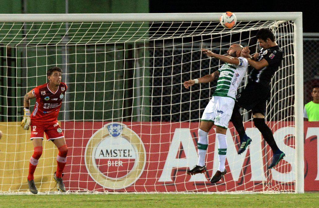 El zaguero uruguayo Ignacio González gana por arriba en el área de Plaza Colonia. Fue el autor del único gol del partido con el que Zamora venció a los patas blancas