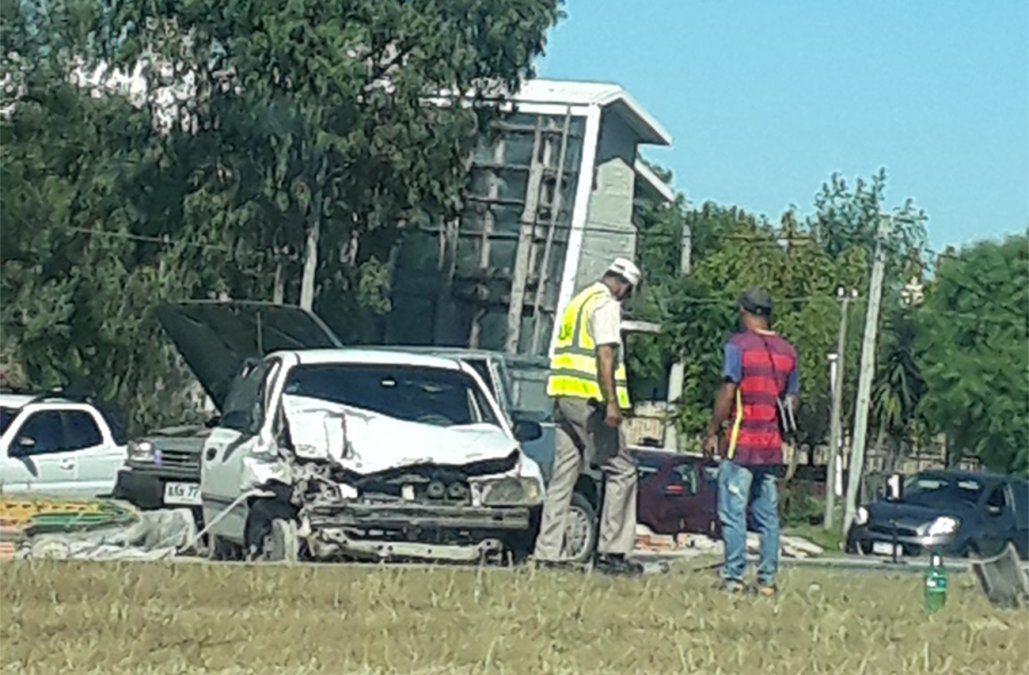 Choque de tres vehículos en la Interbalnearia; camioneta terminó incrustada en comercio
